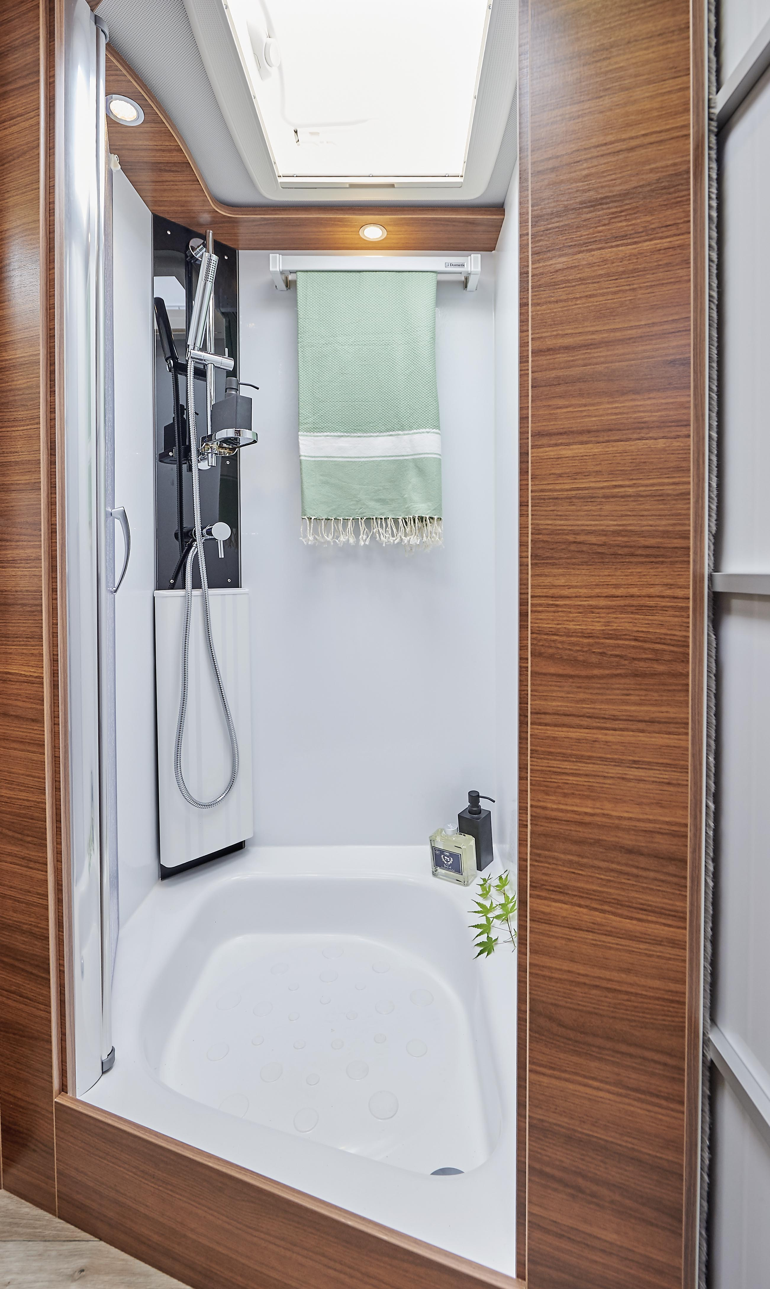 camping car haut gamme mercedes levoyageur lvx salle bain2 le voyageur. Black Bedroom Furniture Sets. Home Design Ideas