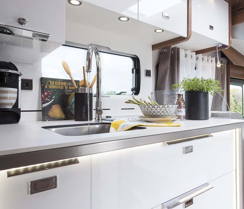 camping car haut de gamme signature cuisine le voyageur. Black Bedroom Furniture Sets. Home Design Ideas