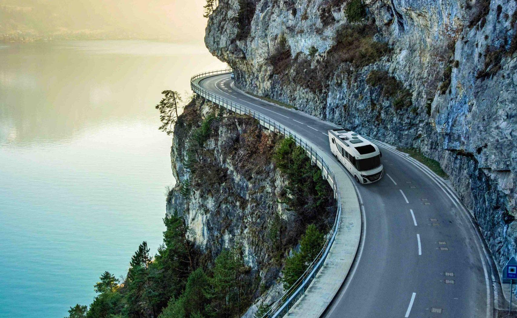 le voyageur sur une route de falaise